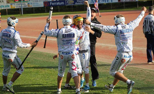 Vimpelin Vedon jokeri Mikko Rantalahti sai ensimmäisessä finaalissa onnitteluja neljän juoksun lyönnistään.