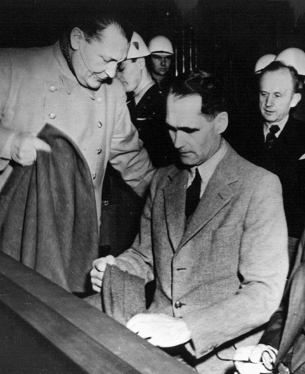 Natsijohtajat Herman Göring, Rudolf Hess ja Karl Dönitz oikeudenkäynnissä Nürnbergissä Saksassa vuonna 1946.