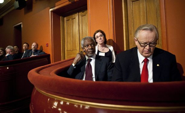 Kofi Annan osallistui presidentti Martti Ahtisaaren CMI-järjestön 10-vuotisjuhliin Helsingin kansallisteatterissa vuonna 2011.