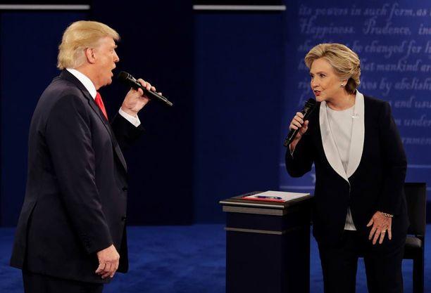 Trump keskeytti Clintonin kahdeksan kertaa ja puhui lisäksi tämän päälle 19 kertaa väittelyn aikana. Clinton puhui päälle kolmesti eikä keskeyttänyt kertaakaan. Trump syytti myös juontajia jatkuvista keskeytyksistä, kun mies ei joko vastannut kysymykseen tai ylitti vastaukseen varatun ajan. Juontajat keskeyttivät ehdokkaat yhteensä kerran ja puhuivat heidän päälleen 41 kertaa, laskee FiveThirtyEight-sivusto.