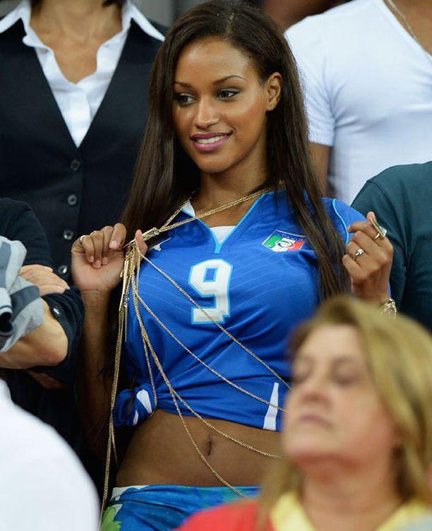 Fanny Neguesha heilastelee Italian ja AC Milanin kohuhyökkääjän Mario Balotellin kanssa.