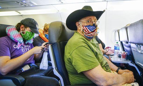 Matkustajia American Airlinesin lennolla San Diegosta Charlotteen.