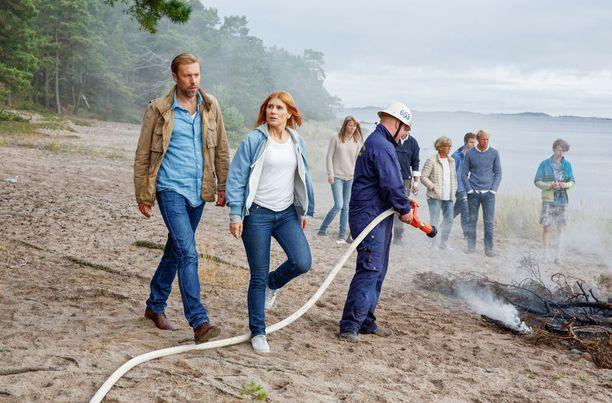 Tuliterä rantasauna poltetaan ensimmäisessä jaksossa maan tasalle. Mukana palaa elävältä myös 30-40-vuotias mies.