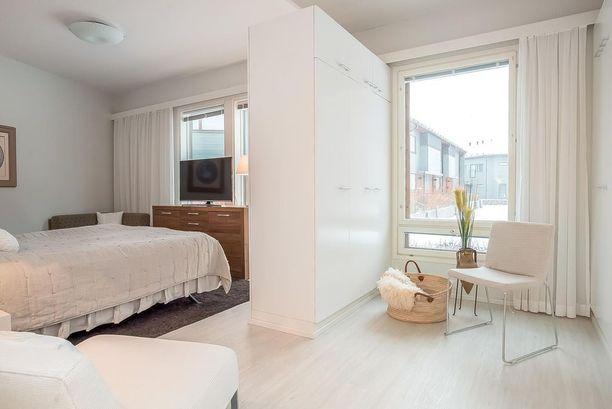 Makuuhuoneen yhteydessä oleva pukeutumistila on modernia luksusta.