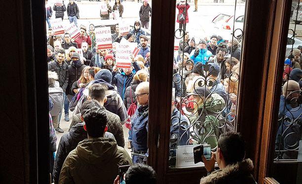 Turvapaikanhakijat osoittivat viime huhtikuussa mieltään pakkopalautuksia vastaan.