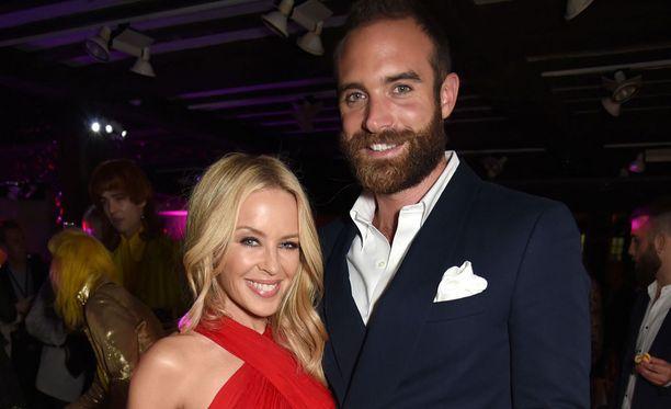 Kylie Minogue ja kihlattu Joshua Sasse eivät mene naimisiin ennen kuin Australia laillistaa avioliiton koskemaan myös samaa sukupuolta olevia pareja.