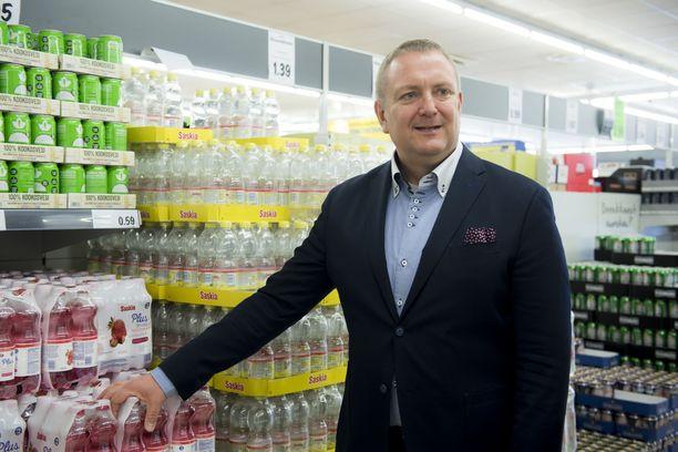 Lidlin Suomen toimitusjohtaja Lauri Sipponen esitteli ketjun vesivalikoimia Iltalehdelle Lidlin Niittykummun myymälässä Espoossa huhtikuussa 2018.