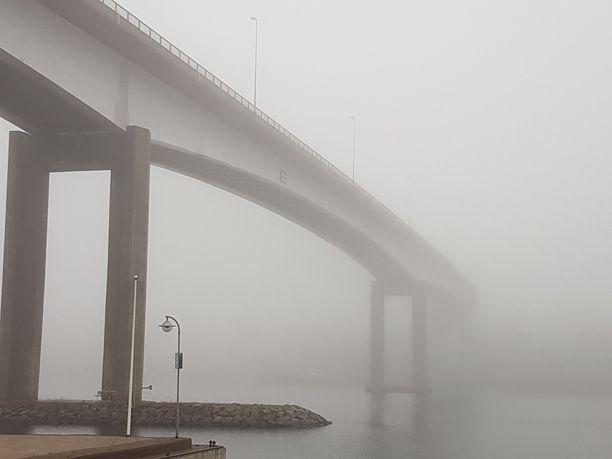 Tihkusateita on luvassa myös ensi viikolla. Sumuinen kuva on otettu Puumalansalmen sillalta.
