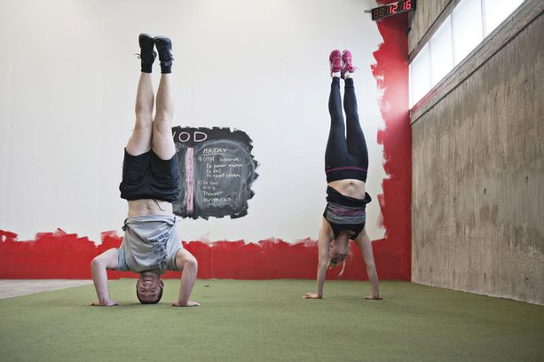 """Hanna Koskenranta ja Ben Liuzzi näyttävät esimerkkejä CrossFit-liikkeistä. """"Kun kokeilin ensimmäistä kertaa CrossFitin liikkeitä, olin hyvin vaikuttunut niiden tehokkuudesta"""", Ben Liuzzi, 31, kertoo."""
