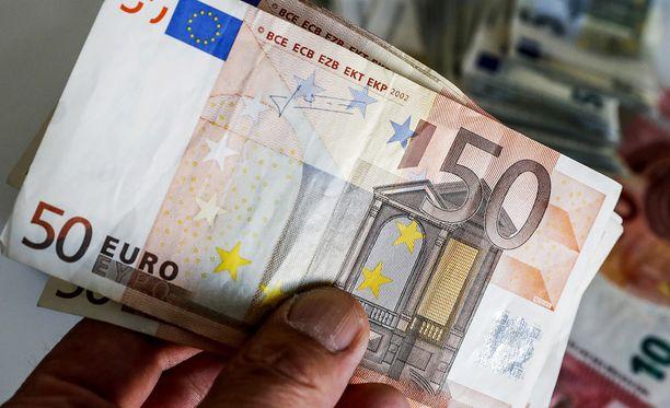 Bussikuski huomasi väärennetyn rahan, jonka paikalle kutsuttu poliisipartio takavarikoi. Kuvituskuvassa aito 50 euron seteli.