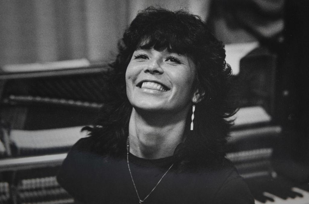 Mona Carita toi oman iloisen tuulahduksensa 1970-1980 -lukujen taitteen discobuumiin, jossa ulkomaisista hiteistä tehtiin suomenkieliset versiot.