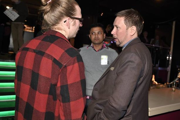 Kansanedustajaksi palaava Paavo Arhinmäki jutteli innokkaasti eurovaaleihin valmistautuvan puolueväen kanssa.