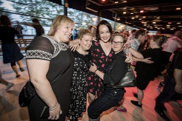 Tytöt tulivat tansseihin porukalla.