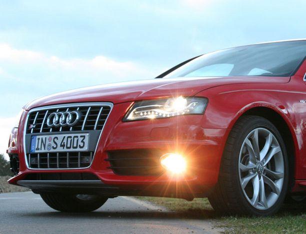 NE VALOT LED-päivävalot vilkkuvat ajovalojen reunoilla.