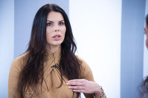 Suvi Pitkänen kertoi Sensuroimaton Päivärinta -ohjelmassa hävenneensä aiemmin vartalonsa rakennetta.