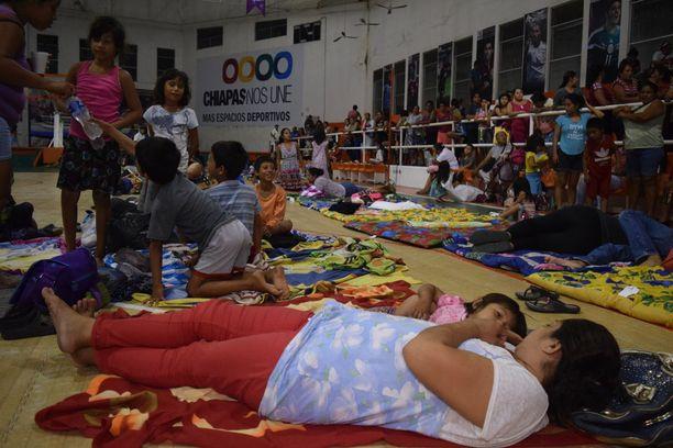 Meksikolaiset pysyivät suojassa maanjäristyksen aikana.