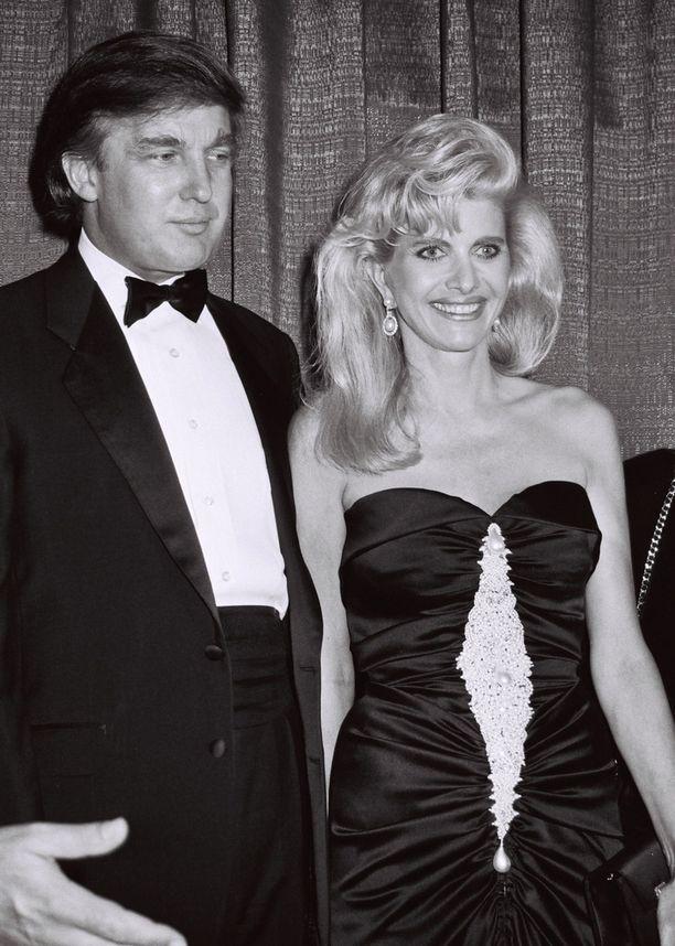 Donald ja Ivana Trump olivat seurattu seurapiiripari. Liitto kesti 15 vuotta, ja siitä syntyi kolme lasta.