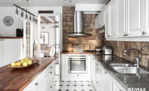 Keittiössä on tilaa koko perheen kokkailuihin.