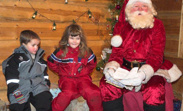 Joulupukin luona vieraileminen kiinnostaa Lapin-matkailijoita.