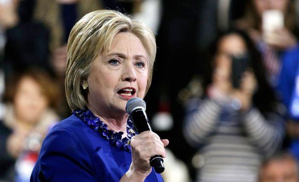 Clinton on pahoitellut oman sähköpostinsa käyttöä mutta vakuuttanut, ettei siinä vaarantunut salaista aineistoa.