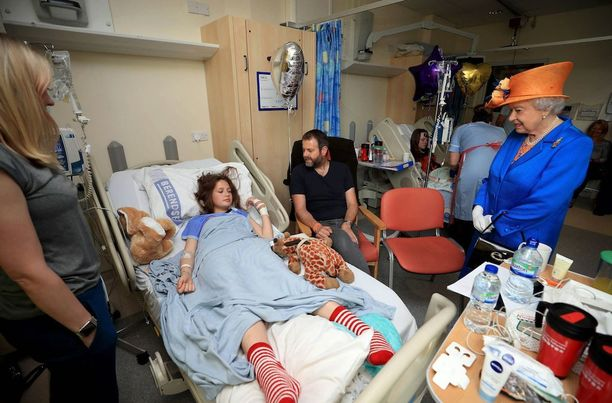Kuningatar keskusteli loukkaantuneiden kanssa ja kiitti heitä hoitanutta henkilökuntaa. Kuvassa 14-vuotias Evie Mills.