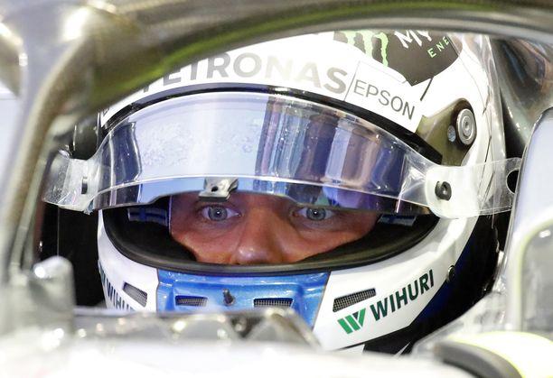 Valtteri Bottas oli Singaporessa pulassa kierroksella ohitettavan kanssa.