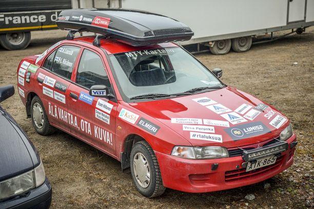 Ari Luusuan Mitsubishi Lancer ja räikeä mainosteippaus.