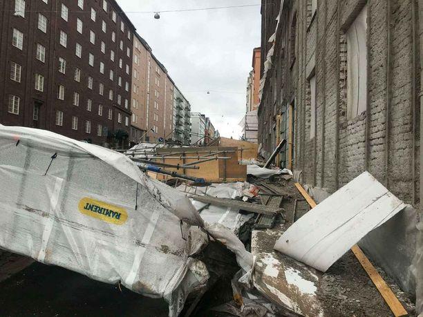 Julkisivuremonttia varten pystytetyt telineet lakosivat katuun usean kymmenen metrin matkalta, arvioi Ville-Veikko Rantamaula.