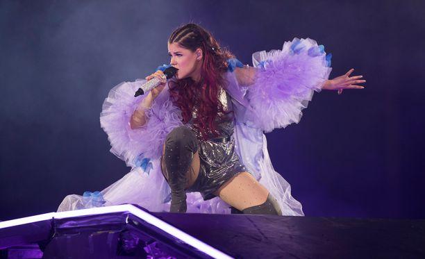 Saara Aalto on laulanut isoille yleisöille Let It Go -kappaletta muun muassa Britannian X Factorissa. Otos Aallon Hartwall-areenan keikalta viime keväältä.