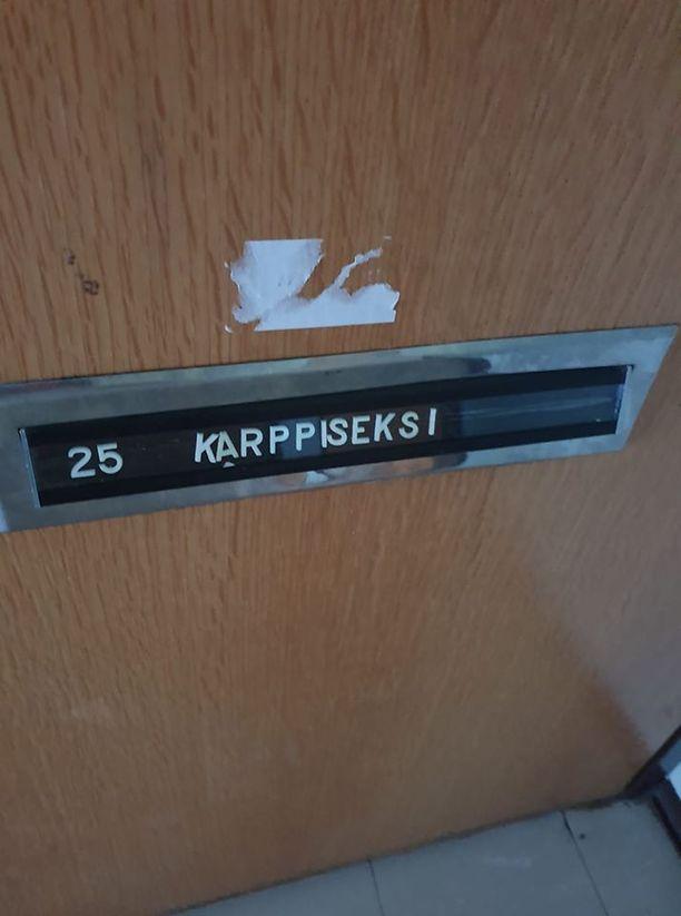 Silja Karppisen kotiovi näytti tältä huoltoyhtiön toimesta.