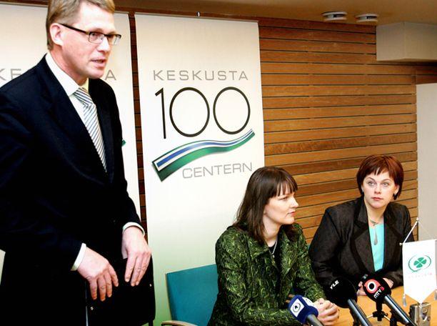 Matti Vanhanen, Mari Kiviniemi ja Paula Lehtomäki saavat kukin osansa Paavo Väyrysen arvostelusta.