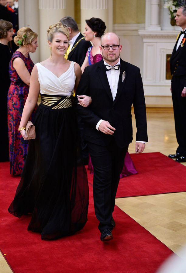 Kyrö Distilleryn Miika Lipiäisen FRENN-puku ja hänen vaimonsa juhla-asu sointuivat kaunisiti yhteen.