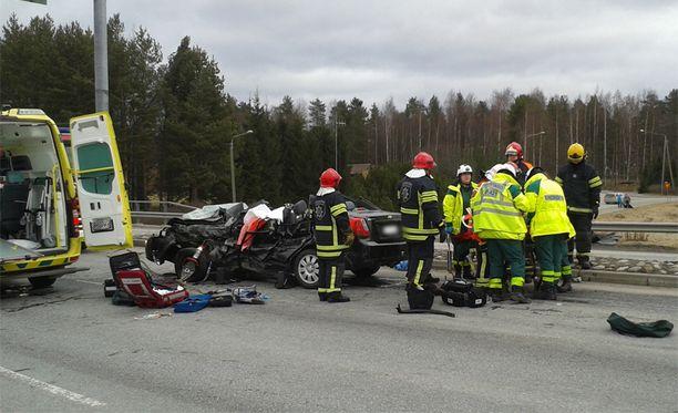 Kuorma-auton rusentamaksi jäänyt henkilöauto tuhoutui onnettomuudessa täysin.