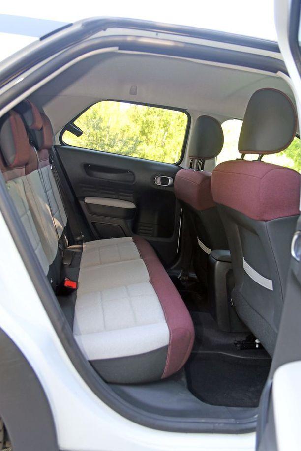 Istuinten muoto on tasainen, mutta tilaa on reilusti.