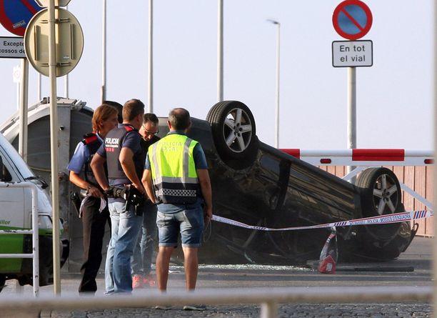 Terroristien ajama Audi A3 kaatui katolleen sen jälkeen, kun auto oli ajettu väkijoukkoon Cambrilsin rantakadulla.