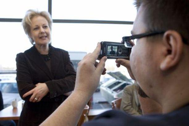 Ministeri Suvi Lindén joutui Turussa nettiaktivistien kysymysten ristituleen julkisessa kahvitilaisuudessaan. Aleksi Saunamäki kuvasi kännykällään koko tilaisuuden.