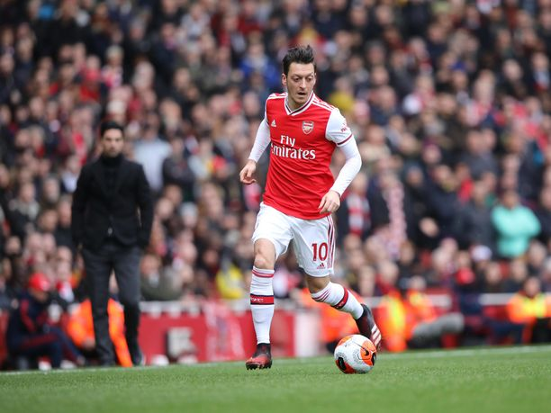 Mesut Özilin asenne ei ole aina ollut se kaikkein ammattimaisin. Takana Özilin pallotaituruutta silmäilee Arsenalin valmentaja Mikel Arteta.