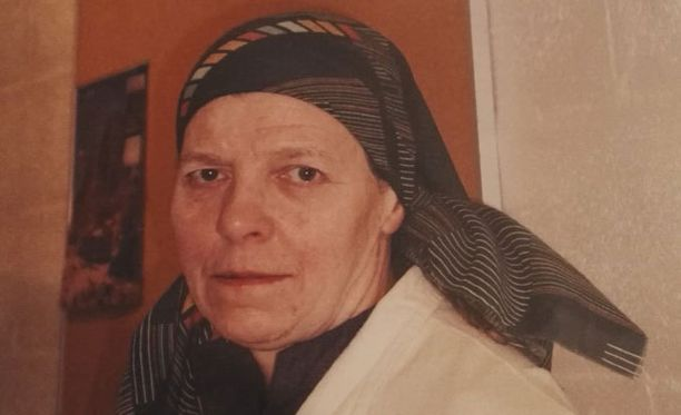 Kadonneella Irmeli Vuolteella oli katoamishetkellä yllään siniharmaa vanhanaikainen popliinitakki ja pään peittävä harmaa huivi.