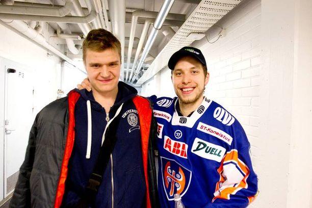 Aleksander Barkov poseerasi ensimmäisen finaalin jälkeen ratkaisija Jukka Peltolan kanssa