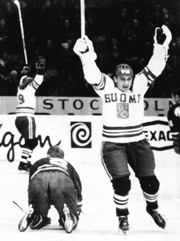 Siellä lepää! Matti Keinonen tuulettaa Tshekkoslovakian verkkoon ampumaansa osumaa MM-kisoissa 1969.