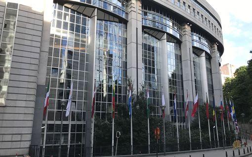 Koronapelko näkyy jo EU-hallinnossa: riskialueilla vierailleet käskettiin etätöihin, poskisuudelmat puuttuvat