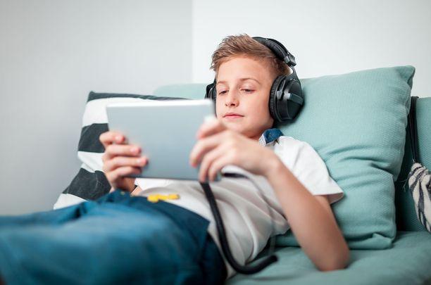 WHO on erityisen huolissaan nuorten ja lasten kuulosta, sillä alaikäisillä on usein korvillaan kuulokkeet ja niistä tuleva ääni on kovalla.
