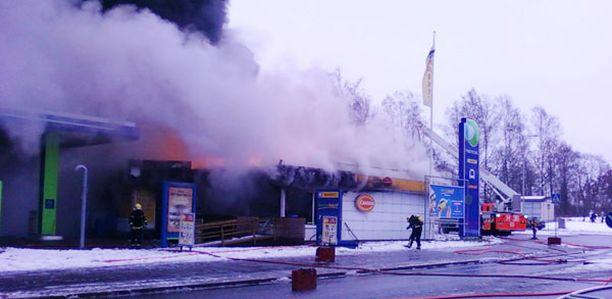 Nesteen huoltoasema vaurioitu lauantaisessa palossa pahoin.