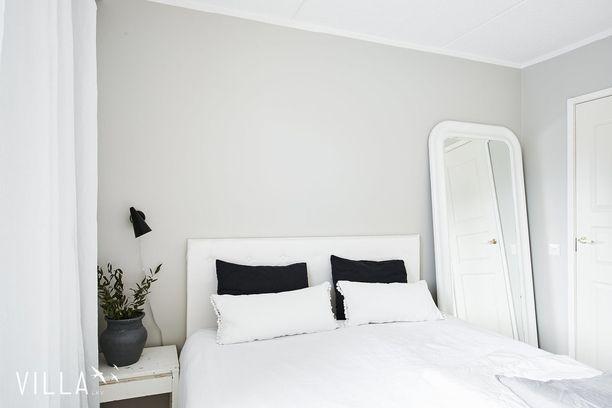 Korkea, valkoinen pukeutumispeili tuo tilaan maalaisromanttista tunnelmaa.