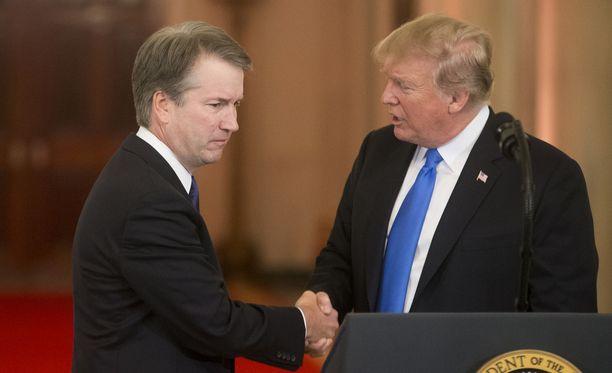 Tuomari Brett Kavanaugh (vas.) on Yhdysvaltain korkeimman oikeuden uusi jäsen.