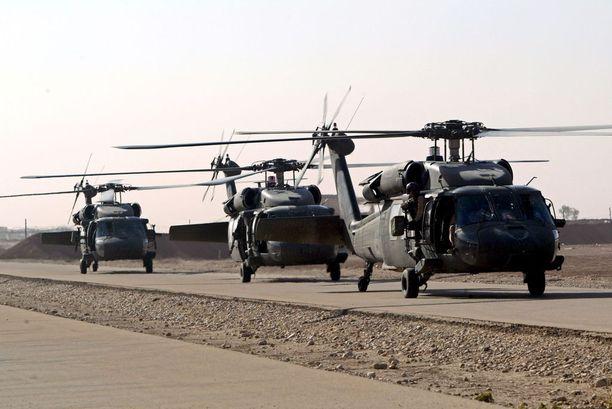 Sota laajeni muutamassa vuodessa Irakiin. Kuvassa Yhdysvaltalaisia Black Hawk -helikopteria nousemassa ilmaan Baghdadissa syyskuussa 2003. Sota alkoi puoli vuotta aiemmin.