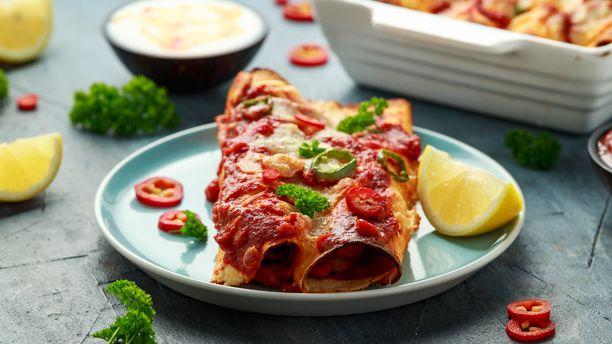 Enchiladat saavat uunissa rapean pinnan.