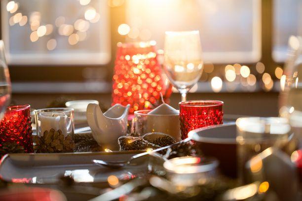 Koronavuosi on muokannut suomalaisten joulupöydän antimien ostoslistaa. Perinteisistä herkuista ei ole kuitenkaan luovuttu.