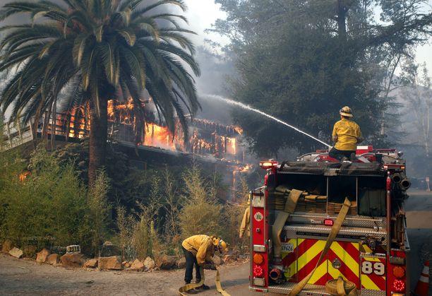 Palomiehet yrittivät sammuttaa kotia Malibussa, johon Woolsey-palo on levinnyt. Malibun alueella asuu useita viihdeteollisuuden tähtiä.