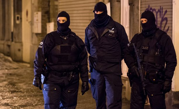 Poliisit vartioivat kaduilla ampumavälikohtauksen jälkeen.